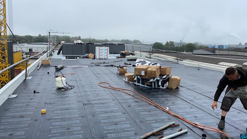 12 06 21 aanbrengen dakbedekking 04