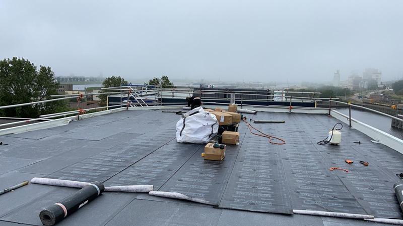 12 06 21 aanbrengen dakbedekking 05